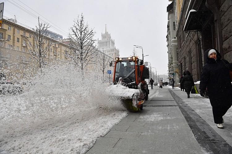 коммунальные службы города не дремлют — они уже начали уборку города