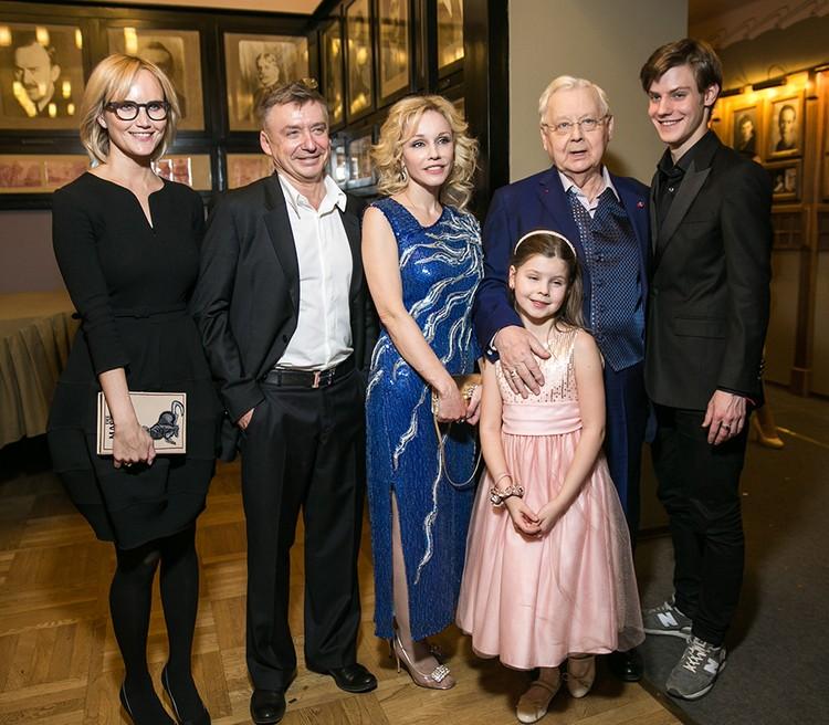 Олег Табаков с супругой и детьми