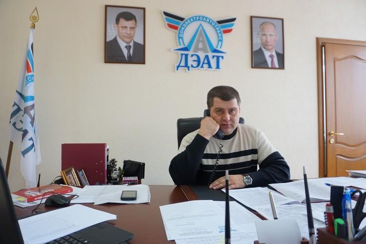 Телефон у Юрия Атаманова не умолкает.