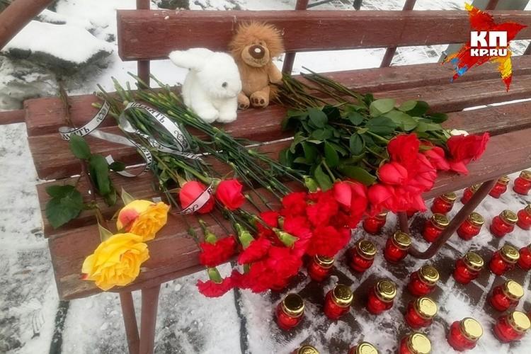 В понедельник утром горожане несут цветы к стихийному мемориалу в память о жертвах трагедии. ФОТО Кирилл Чащин