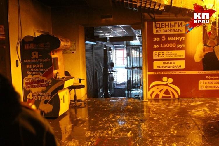 Яркие надписи зазывают на четвертый этаж - туда, где погиб 41 ребенок.