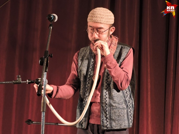 Иногда публика не понимала, на чем именно играет талантливый японец