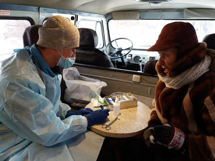Пока фельдшер ведет прием в арендованной «буханке», но сейчас собирает деньги на специализированную машину. Фото: проект «Другая медицина»