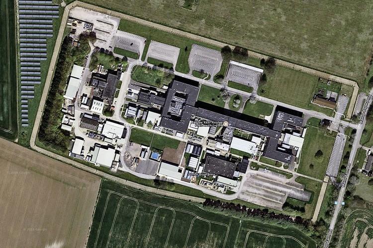 База на картах Google: колючая проволока, контрольно-следовая полоса, поле солнечных батарей, автостоянка. Фото: maps.google.com