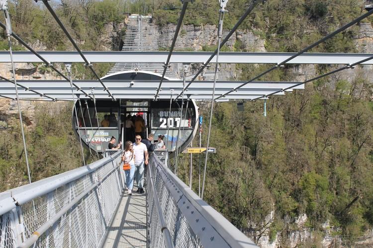 Пешеходный подвесной мост в Скай-парке - третий по протяженности в мире