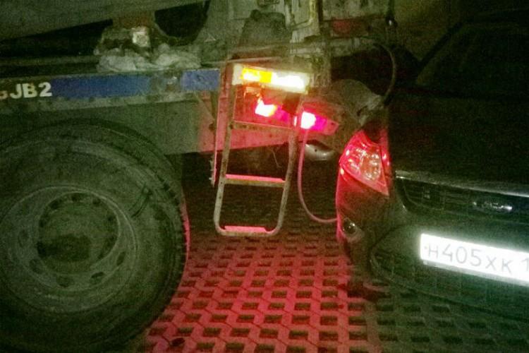 Неудачный маневр может дорого обойтись водителю бетономешалки. ФОТО: vk.com/spb_today.