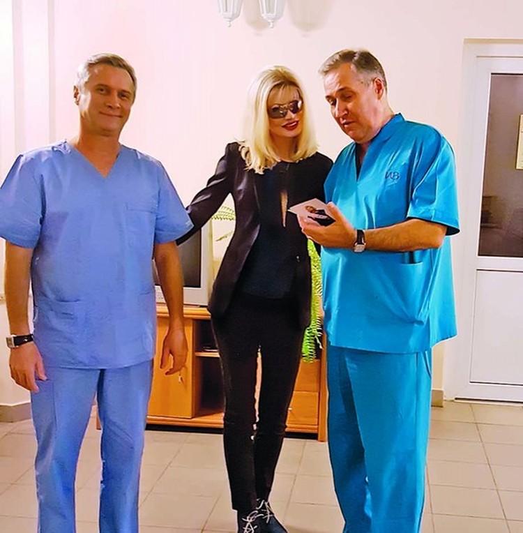 Элеонора с докторами Алексеевым и Сарыгиным в Институте хирургии им. А. В. Вишневского спустя 19 лет.