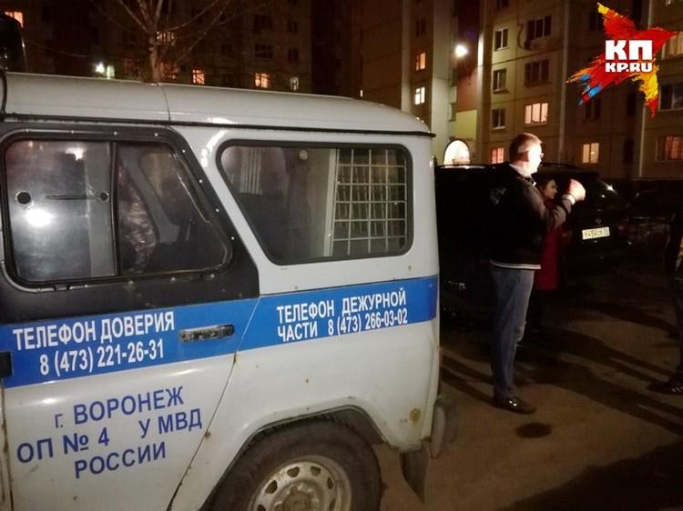 Правоохранители предполагают, что стрельбу мог открыть житель квартиры на пятом этаже третьего подъезда дома на Владимира Невского, 83.