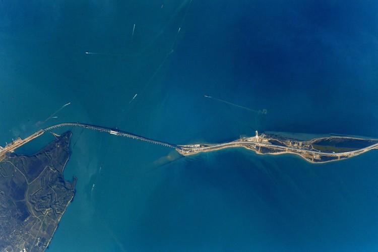 Из космоса хорошо виден Крымский мост. Фото: Антон Шкаплеров/VК
