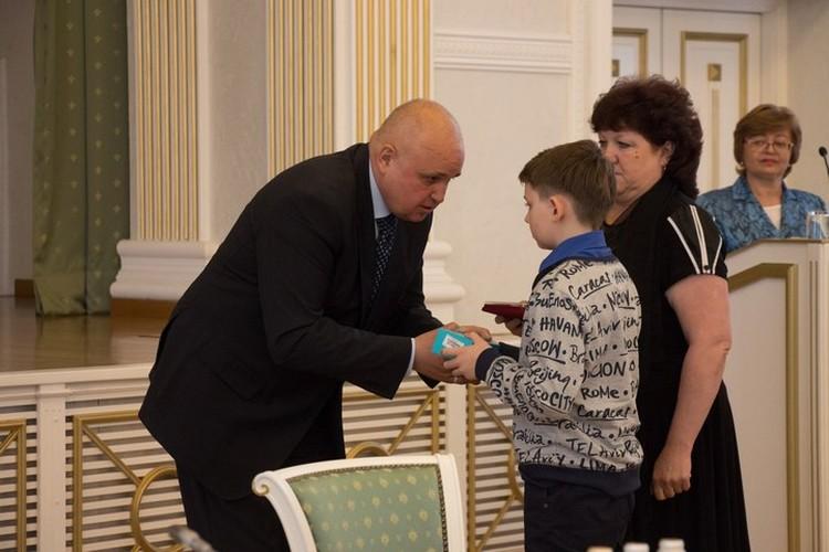 Сергей Цивилев вручил Сереже медаль «За честь и мужество» , которой удостоился его отец и сотовый телефон