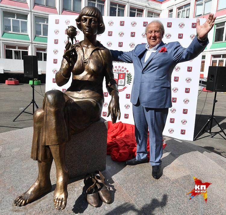 Бронзовая статуя передана в дар Гимназии № 1619 , которой в 1996 году было присвоено имя Марины Цветаевой.