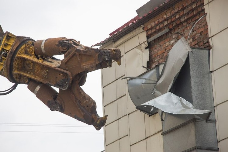 Экскаватор разрушитель - мощнейшая техника, которая применяется в сносе высоток и заводов. Длина стрелы составляет 34 метра