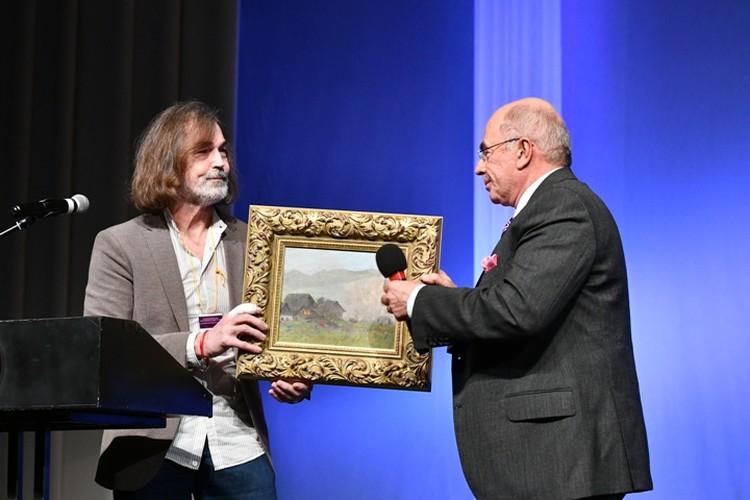 Никас Сафронов подарил картину Александру Запесоцкому