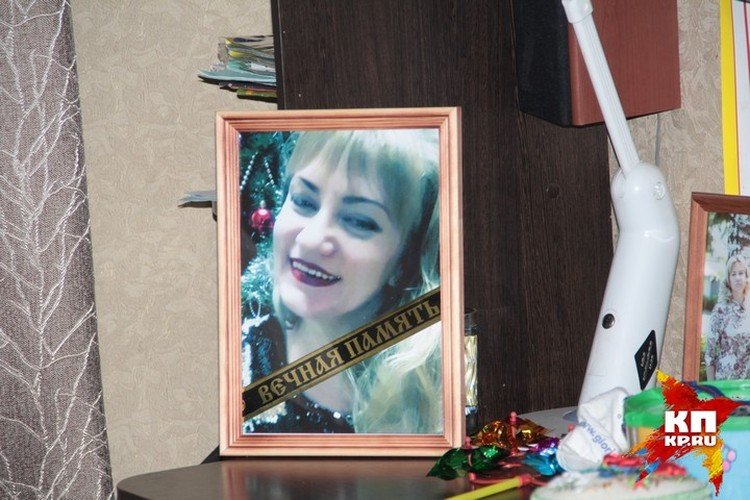 Фото Натальи стоят по всему дому