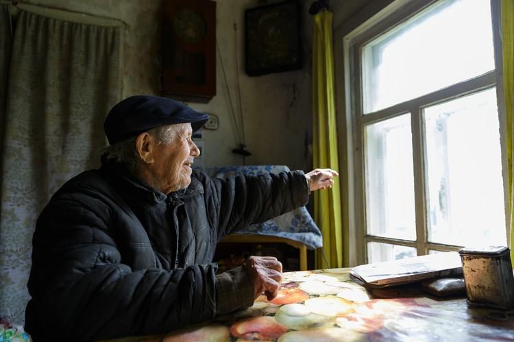Евгений Васильевич Попов, дома сидя у окна, показывает в даль: «Вооот там, вниз по реке - деревня Гам». В ту деревню в социально-реабилитационный центр для несовершеннолетних он отдал свой капитал