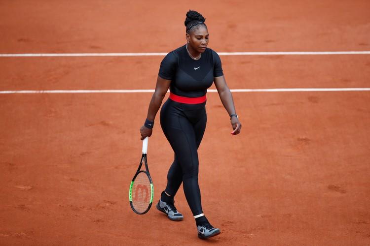 """Серена Уильямс в образе супергероя выиграла первый матч на """"Ролан Гаррос""""."""