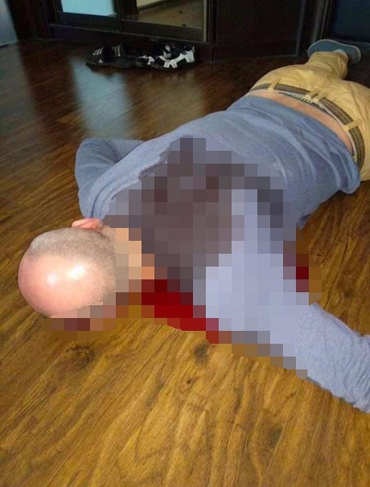 """Кто сделал фото лежащего в прихожей журналиста, остается неясным. Фото: Телеграм-канал """"НЕЗЫГАРЬ"""""""