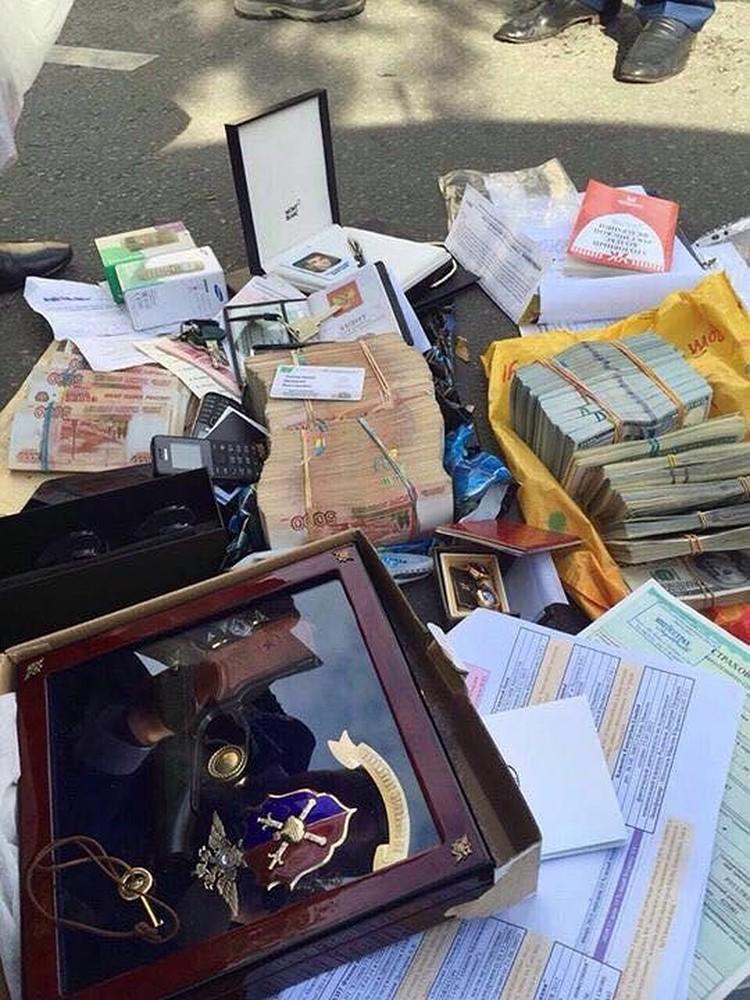 Деньги выносили из квартиры-хранилища в 44 картонных коробках. ФОТО: Оперативная съемка, предоставлено kommersant.ru