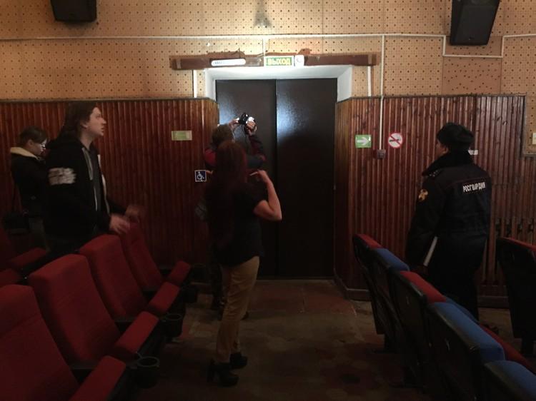 После пожара в «Зимней вишне» мы ходим по местным кинотеатрам со спецами пожохраны.