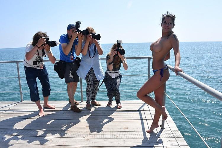 Беркова в одних трусиках не без удовольствия позировала фестивальным фотографам