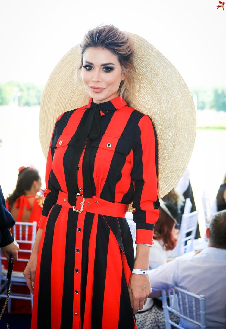 Любимый дизайнер Бузовой и Шишковой Бэлла Потемкина, как всегда, выбрала оригинальный наряд.