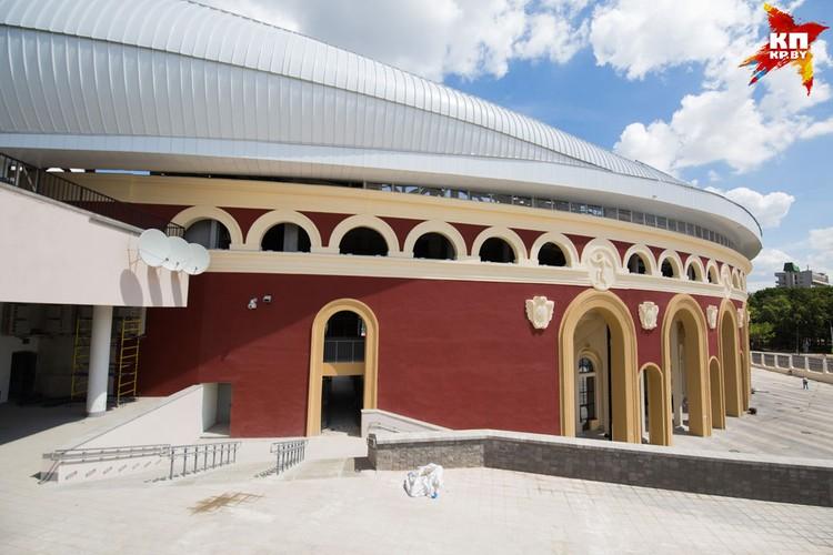 Историческая аркада стадиона и барельефами и новый козырек сверху. Для кого-то это нелогичное смешение стилей, для других - сочетание истории и новых технологий.
