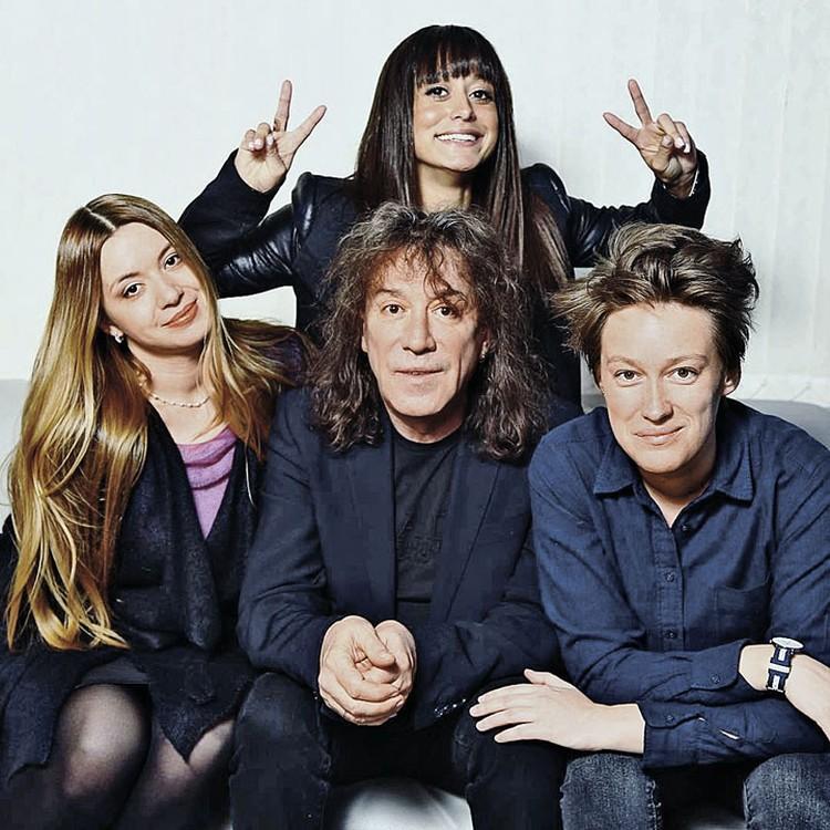 Музыкант с дочками Софией (слева), Николь (в центре) и Мартой (справа).