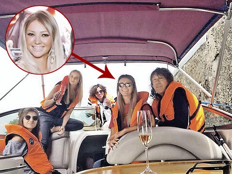 Новая подруга рокера Светлана тоже блондинка, как и его бывшая жена. В начале лета Кузьмин и его избранница совершили круиз на яхте по Волге.