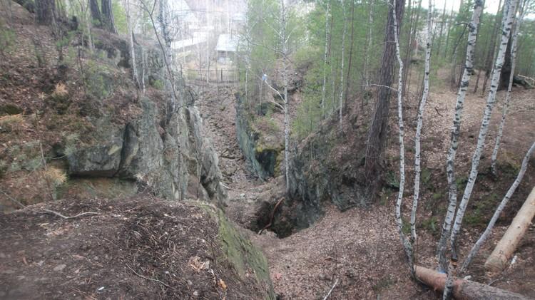 Вся тайга в районе Мурзинки изрыта - встречаются отвалы и шурфы дореволюционных времен