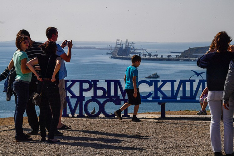 Многие иностранцы в этом году специально направляются в Крым, чтобы проехать по недавно открытому мосту через Керченский пролив