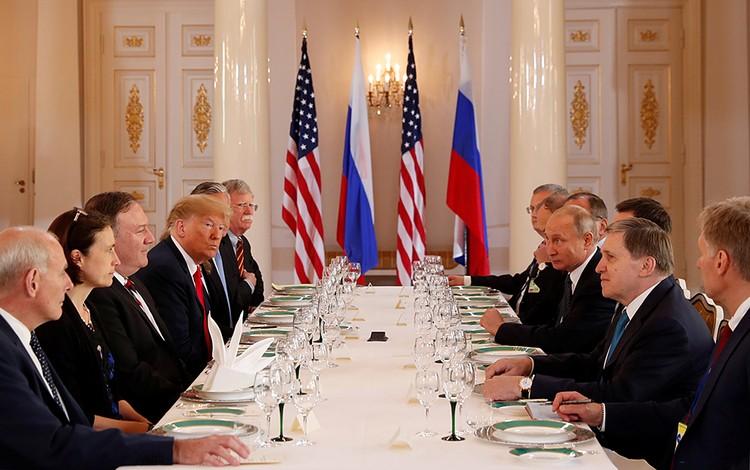 Переговоры двух президентов сначала проходили тет-а-тет, а потом в расширенном составе