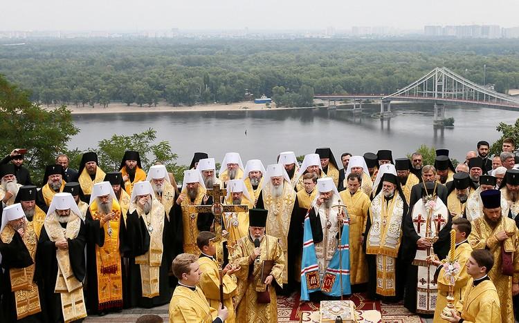 Богослужение на территории Киево-Печерской лавры.