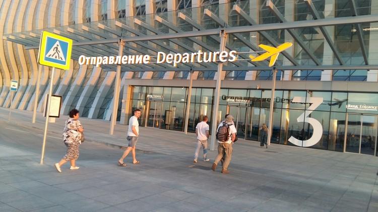 Летом на авиабилеты из Москвы в Симферополь и обратно в среднем стоят от 15 до 30 тысяч рублей с человека.