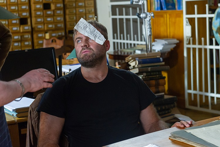 На лице героя Пореченкова должен был прилипнуть листок бумаги, но снять это получилось далеко не с первого дубля.