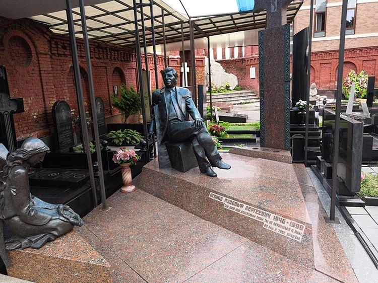Могила вора в законе Рудика Бакинского на кладбище около армянской Церкви Святого Воскресенья