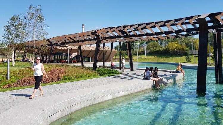 Еще одна фишка парка - пруд глубиной местами до двух метров с прозрачной водой