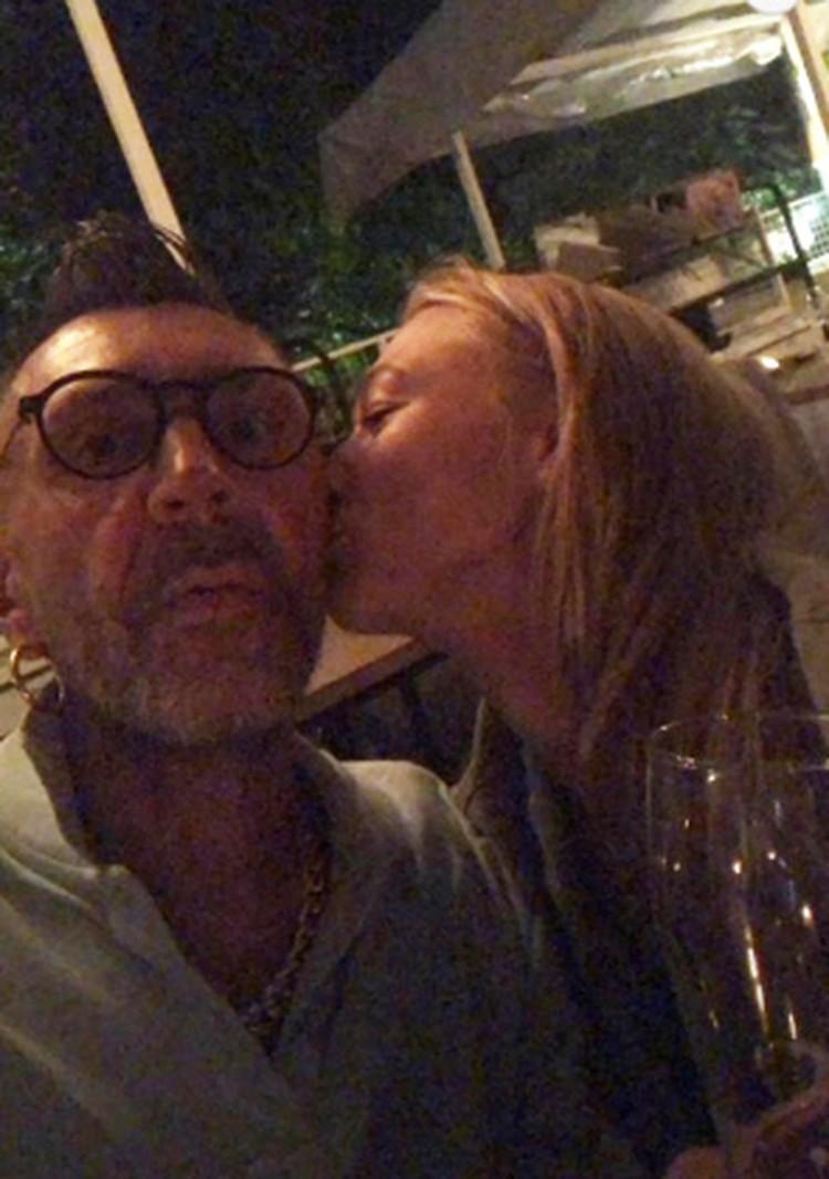 Сергей Шнуров опубликовал в Инстаграме, как Оксана нежно целует его в щеку.