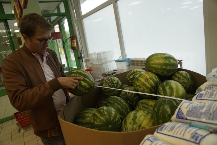В магазинах и вовсе нарушают правила хранения арбузов - их не должны сваливать в кучу