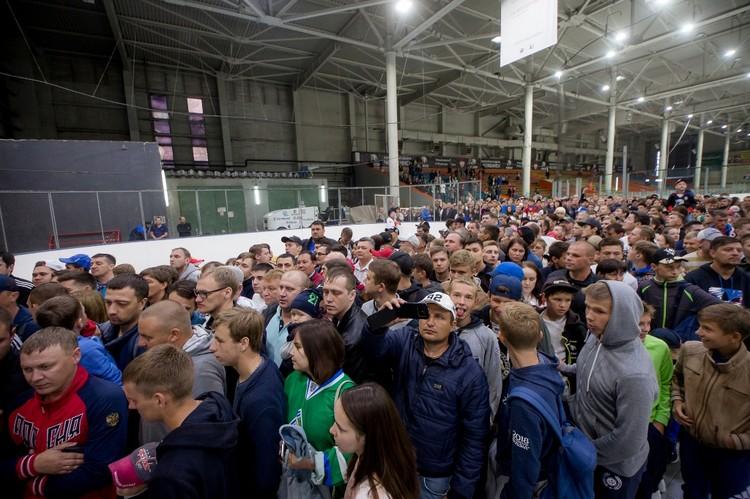 В спортшколу «Трактор» пришло море болельщиков.