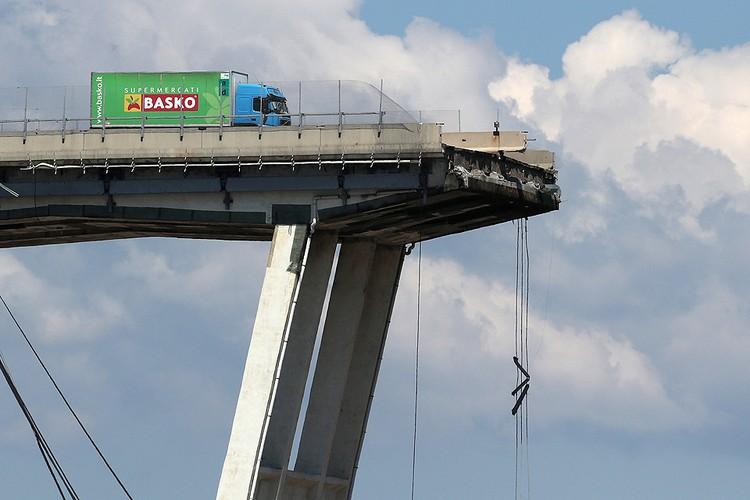Водитель этого грузовика чудом выжил в результате обрушения моста.