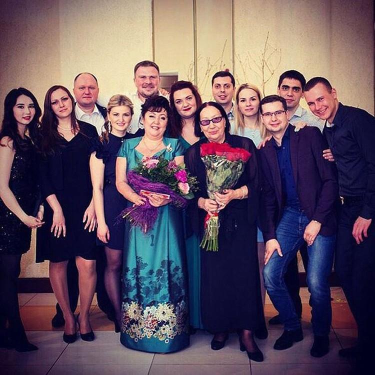 Многие выпускники прходят навестить первого педагога. Фото предоставлены Еленой Никитиной.