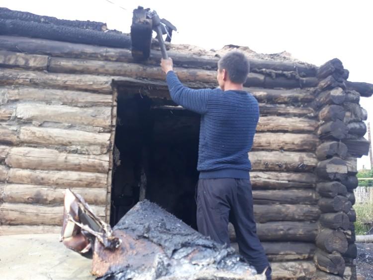 Глава семейства с братом пытаются восстановить дом. Фото: Наталья Радько.