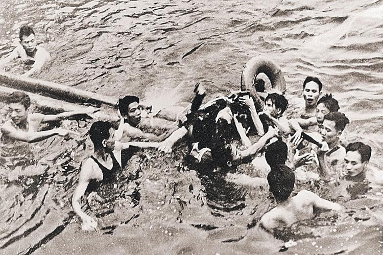 26 октября 1967 года: вьетнамские солдаты вытаскивают из воды сбитого американского летчика Джона Маккейна.