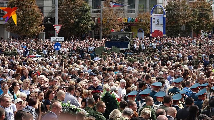Проститься с Александром Захарченко пришли 200 тысяч человек