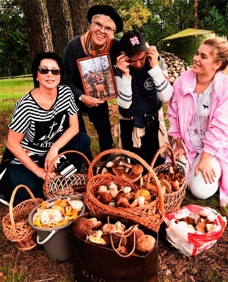 Известная актриса каждую осень ходит по грибы с семьей.
