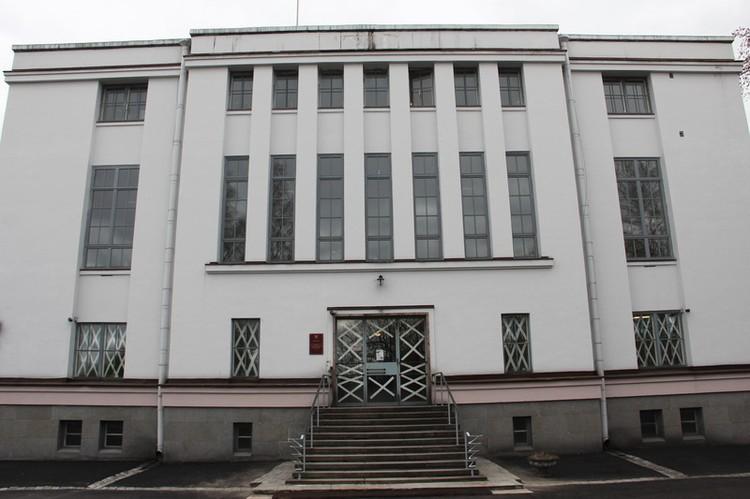 Здание выстояло. даже когда в него попали две бомбы. Фото: Архивное управление Ленинградской области