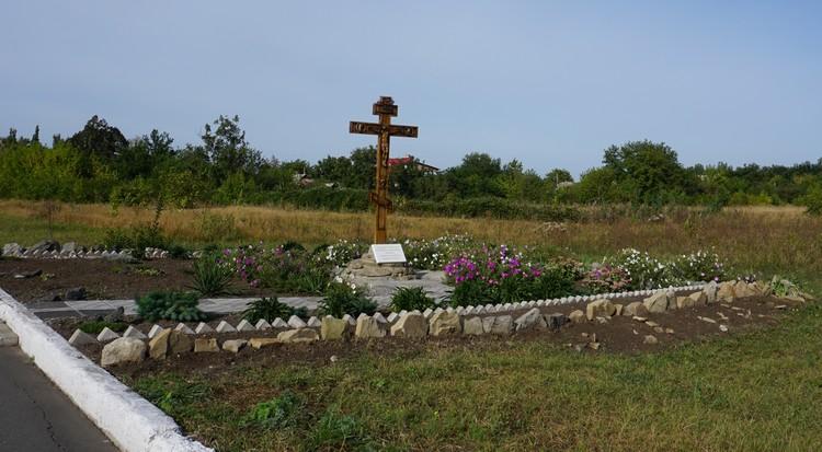 Поклонный крест на въезде в Спартак.