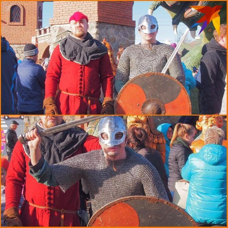 Ролевики в образе средневековых войнов дополняли сказочный антураж