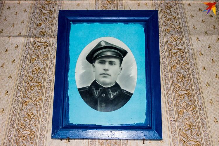 В спальне сразу напротив входа висит портрет отца - единственное, что осталось от него на память.