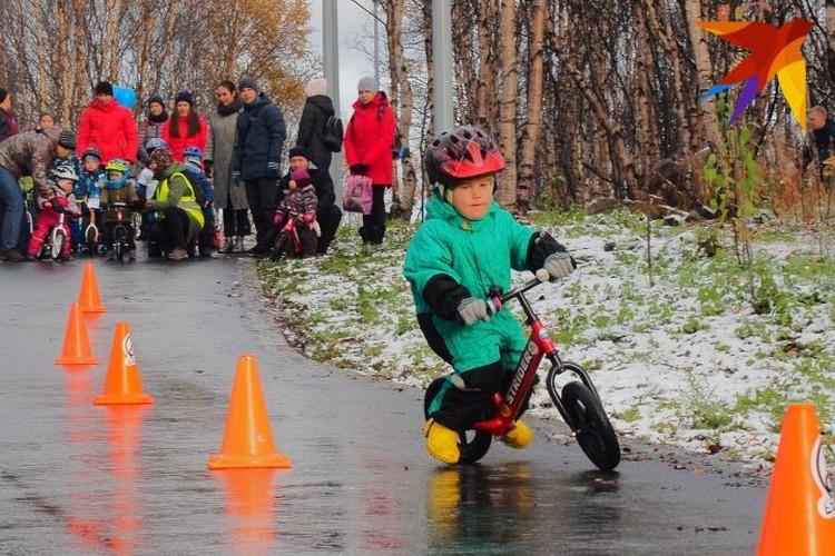 Велосипед такой маленький, что кажется почти игрушечным, но паренек отлично объезжает на нем препятствия.